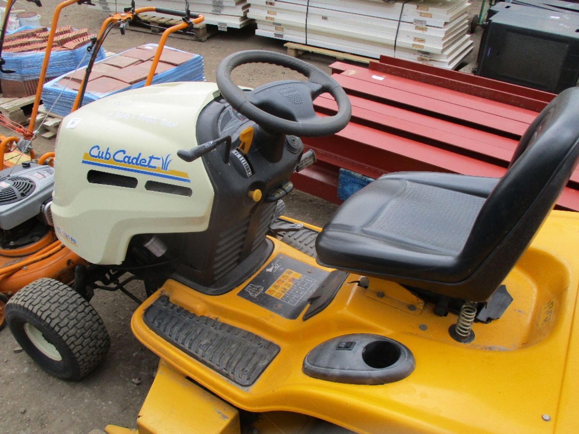 Lot 99 - CUB CADET CC1023 HYDROSTATIC DRIVE RIDE ON MOWER WITH COLLECTOR. WHEN TESTED WAS SEEN TO DRIVE AND M