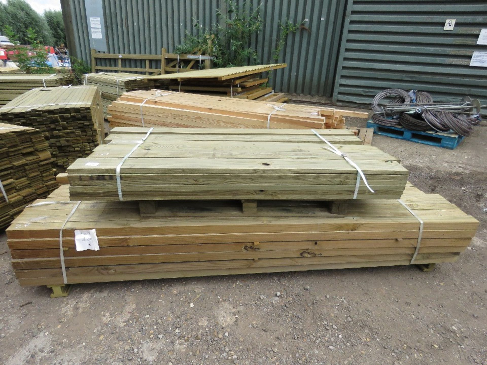 Lot 176 - 2 PACKS OF TIMBER...36NO. BOARDS @1.83M X 14.2CM POSTS: 78NO @2.7M X 7CM X 5CM APPROX