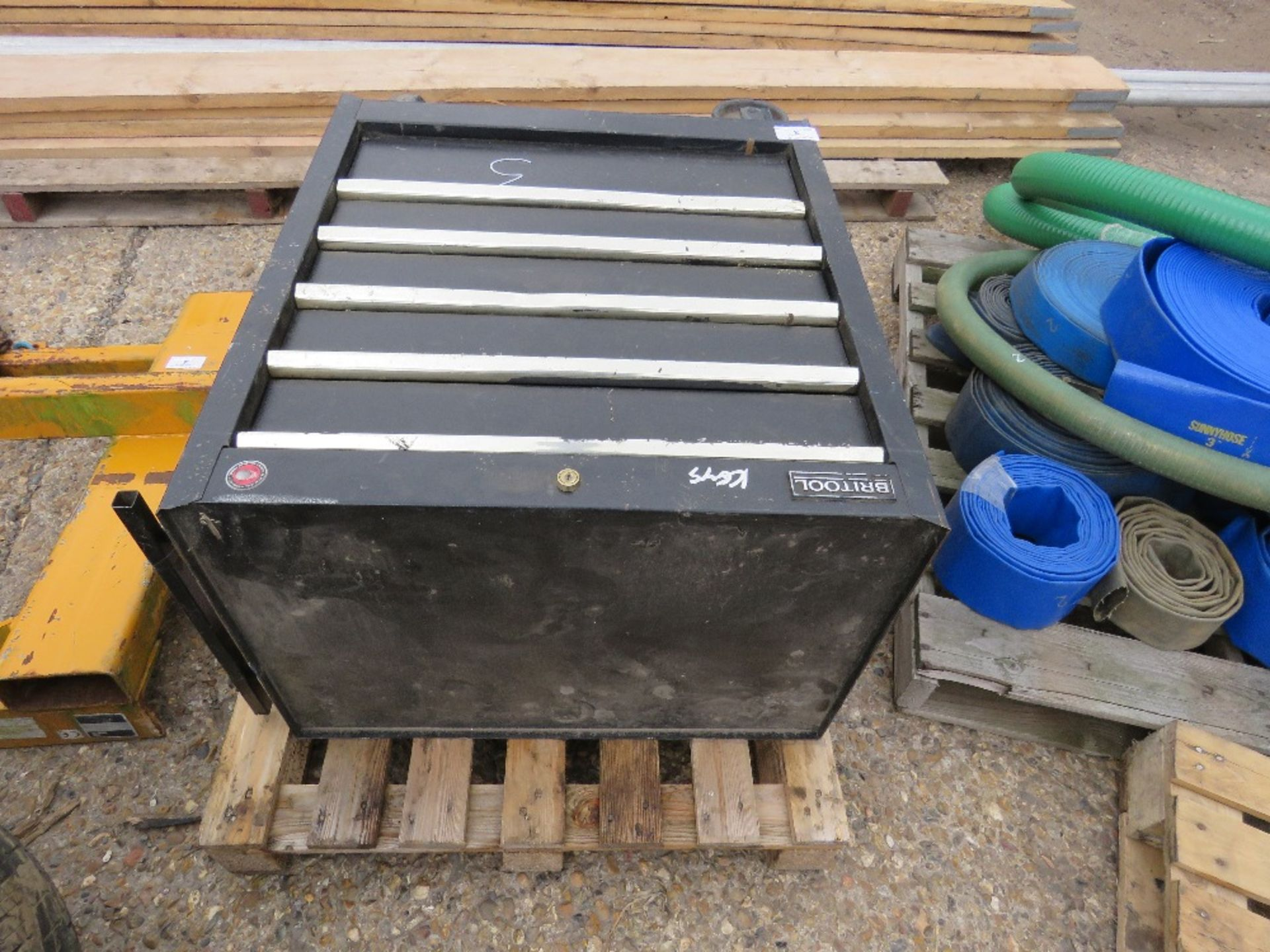 Lot 3 - BRITOOL WHEELD TOOL CABINET WITH KEYS. DIRECT FROM LOCAL COMPANY DUE TO DEPOT CLOSURE