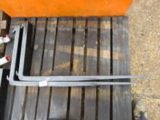 PAIR OF 1 M LONG FORKLIFT TINES (UNTESTED).