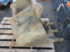 """1 X EXCAVATOR BUCKET ON 45MM PINS. 18"""". 22CM PIN CENTRES, 16CM THROAT APPROX."""