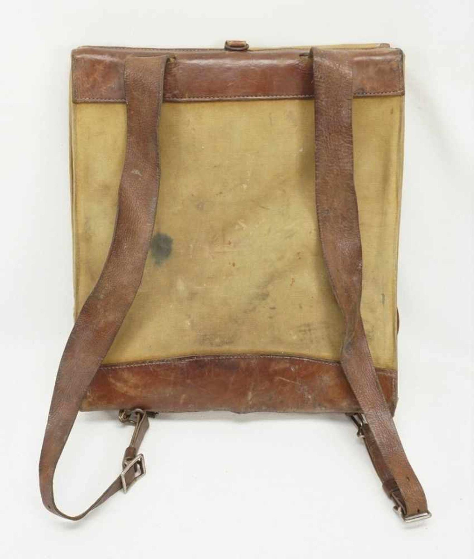 Affe und Rucksack mit Inhalt - Bild 2 aus 4