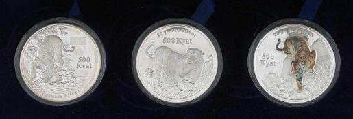 Drei 500 Kyat-Münzen aus Myanmar