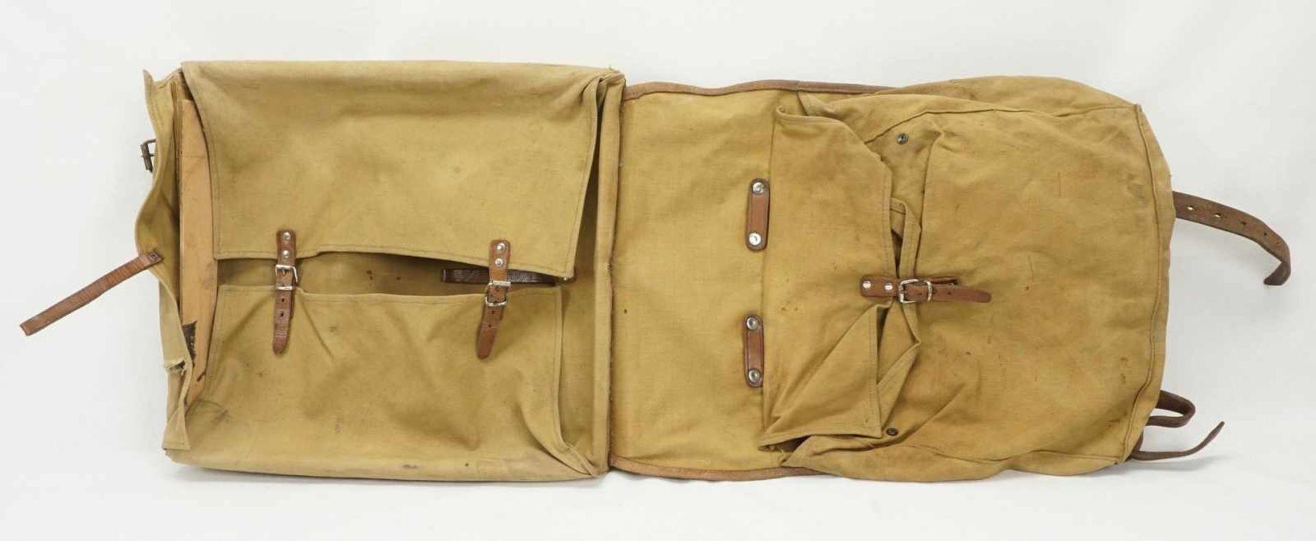 Affe und Rucksack mit Inhalt - Bild 4 aus 4
