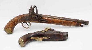 Zwei Deko - Pistolen, Steinschloss und Perkussion