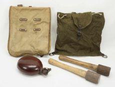Affe und Rucksack mit Inhalt