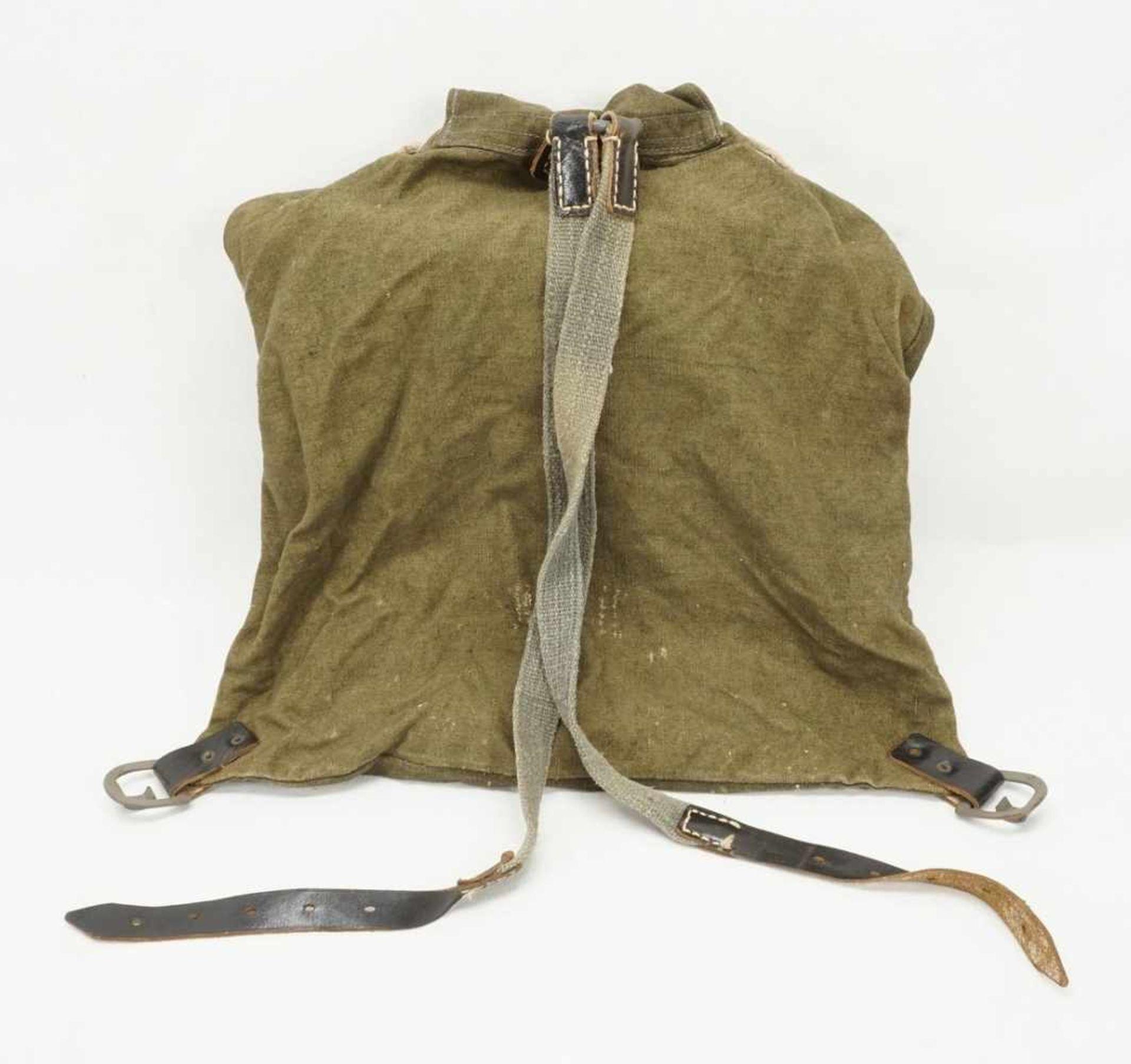 Affe und Rucksack mit Inhalt - Bild 3 aus 4