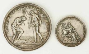 Eine Taufmedaille und eine Medaille mit biblischer Szene