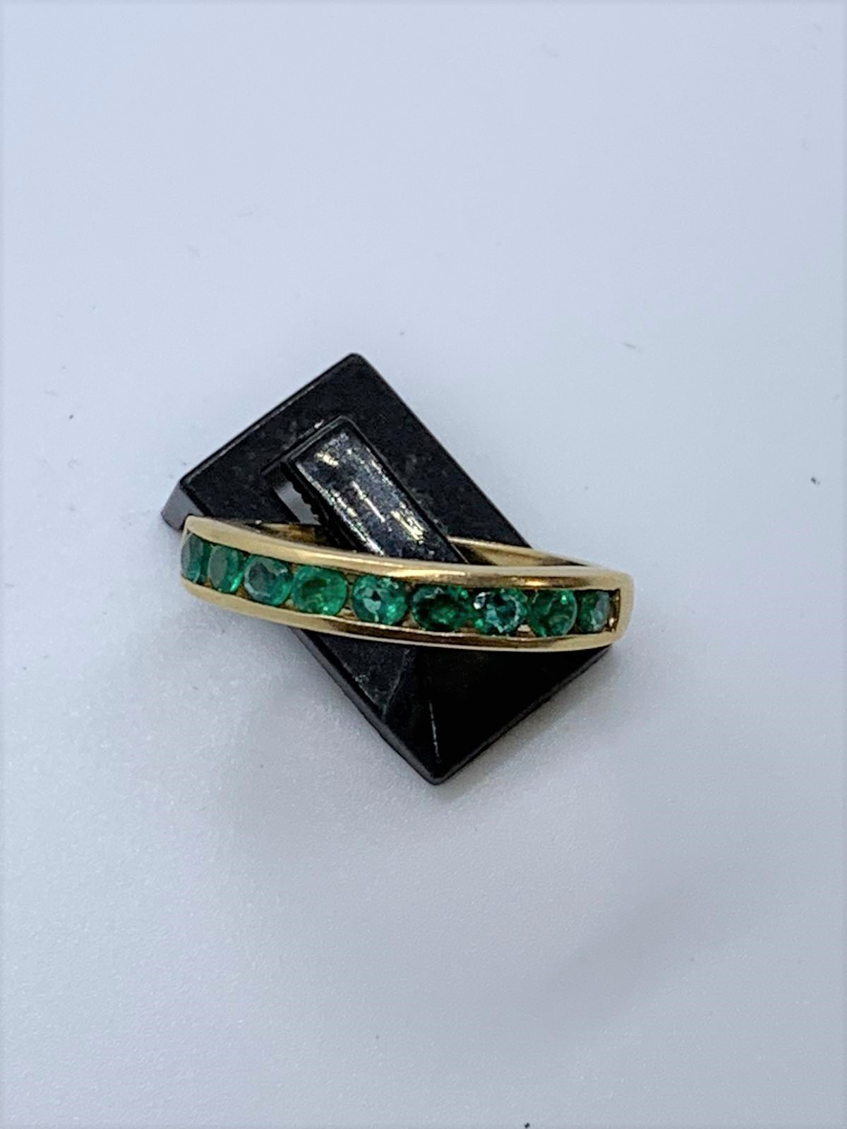Lot 14 - 18ct gold emerald ring
