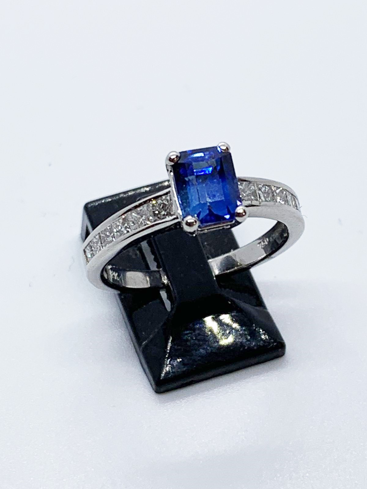 Lot 10 - 18ct white gold sapphire & diamond ring