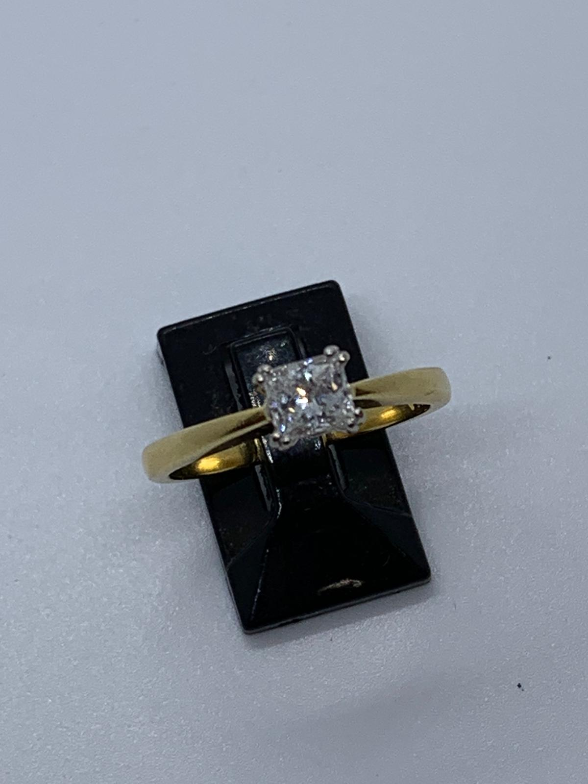 Lot 40 - 18ct gold diamond ring