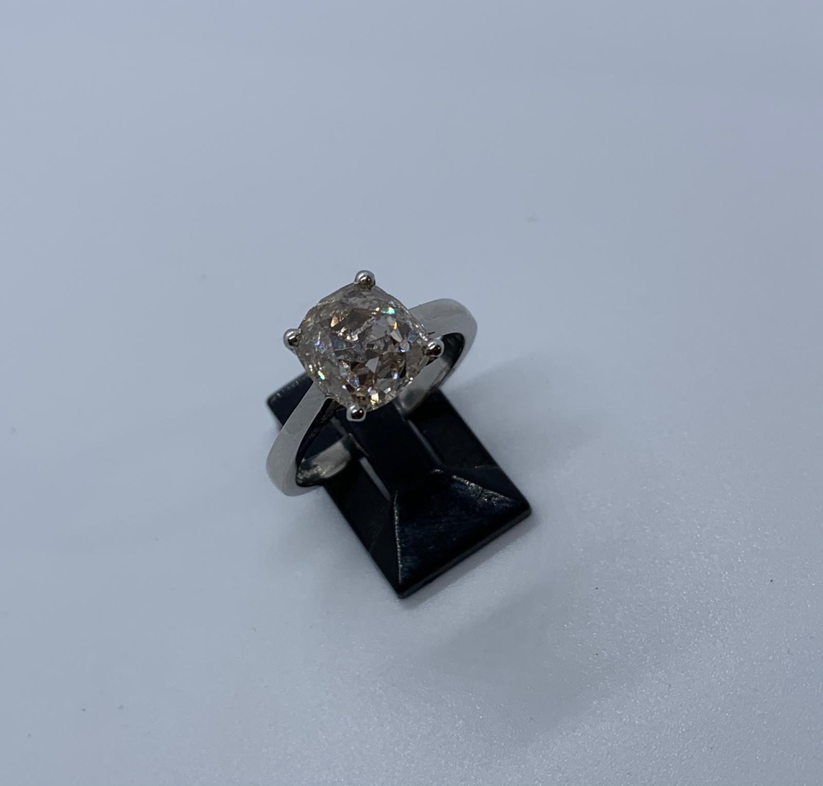 Lot 11 - Platinum diamond ring