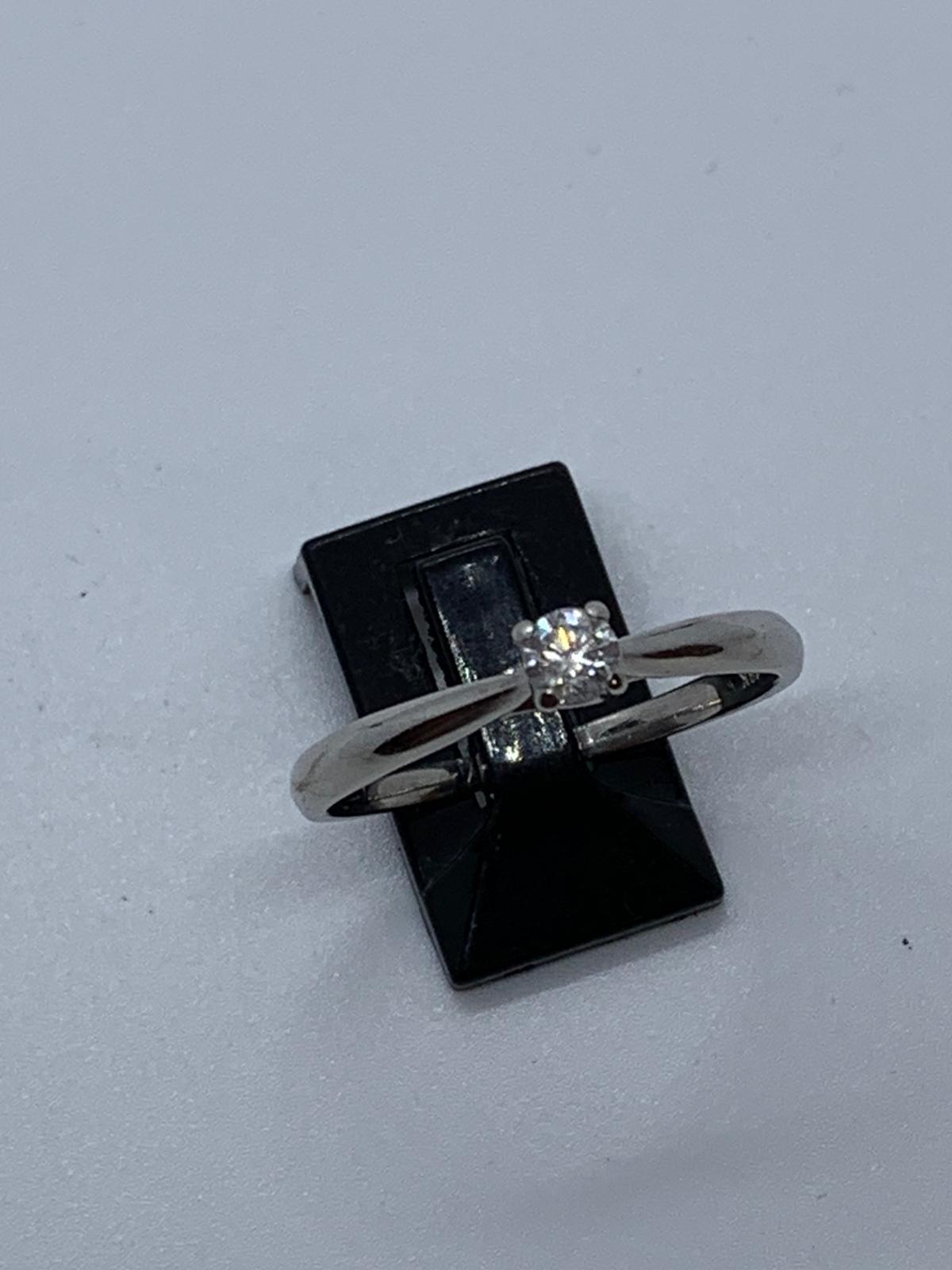 Lot 24 - 18 ct white gold diamond ring