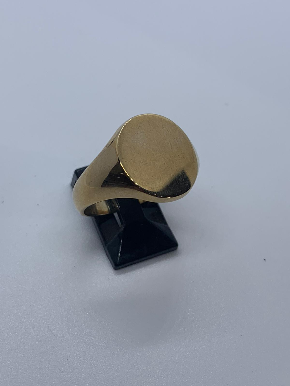Lot 22 - 9ct gold signet ring