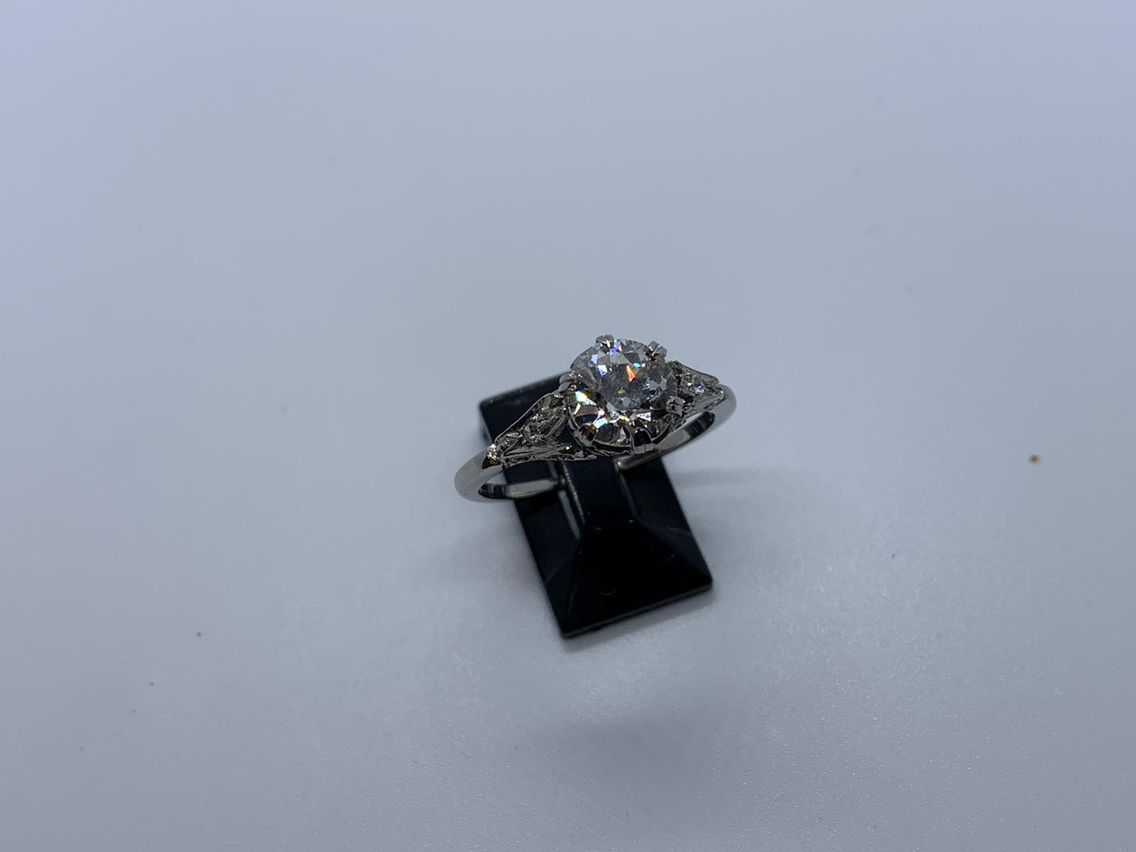 Lot 16 - Platinum & diamond ring