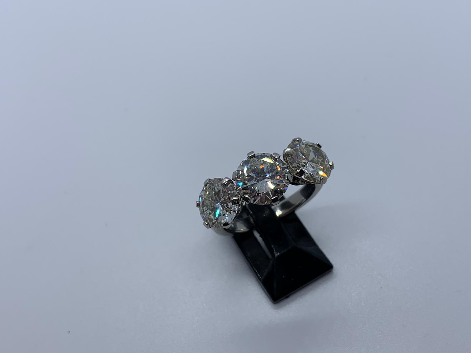 Lot 20 - Platinum & diamond 3 stone ring