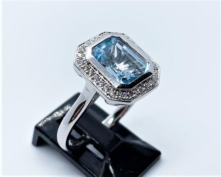 Lot 21 - 9ct white gold blue topaz & diamond ring