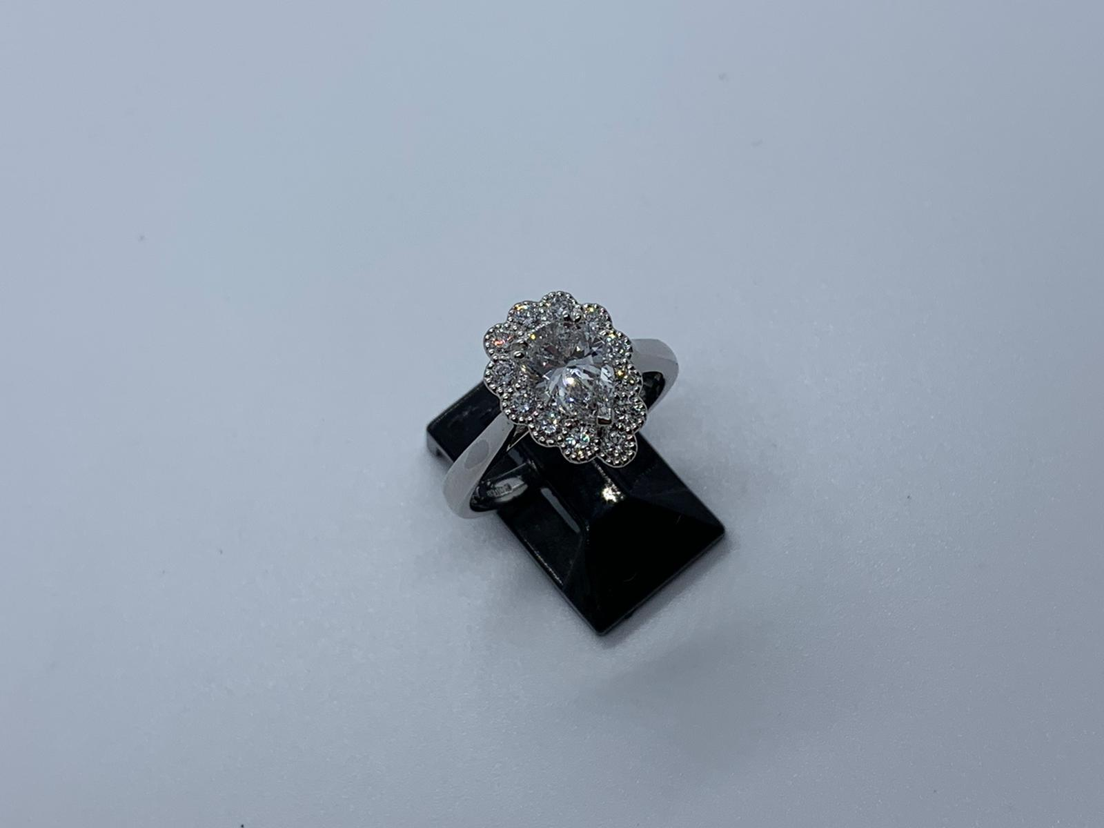 Lot 26 - Platinum & diamond ring