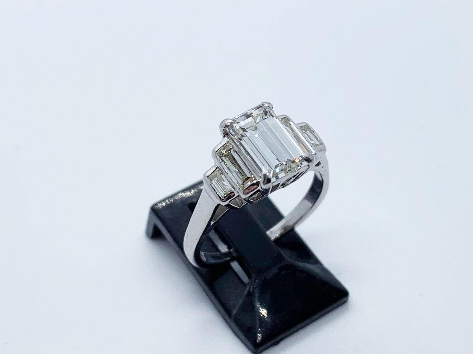 Lot 14 - Platinum & diamond ring