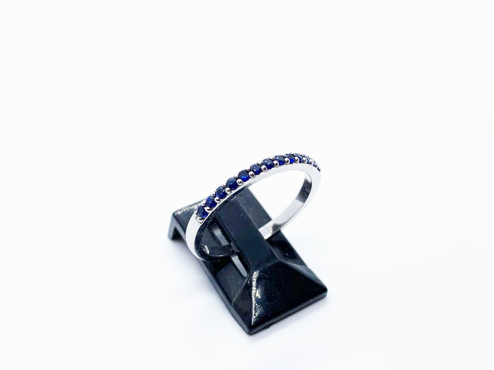Lot 5 - 18ct white gold sapphire ring