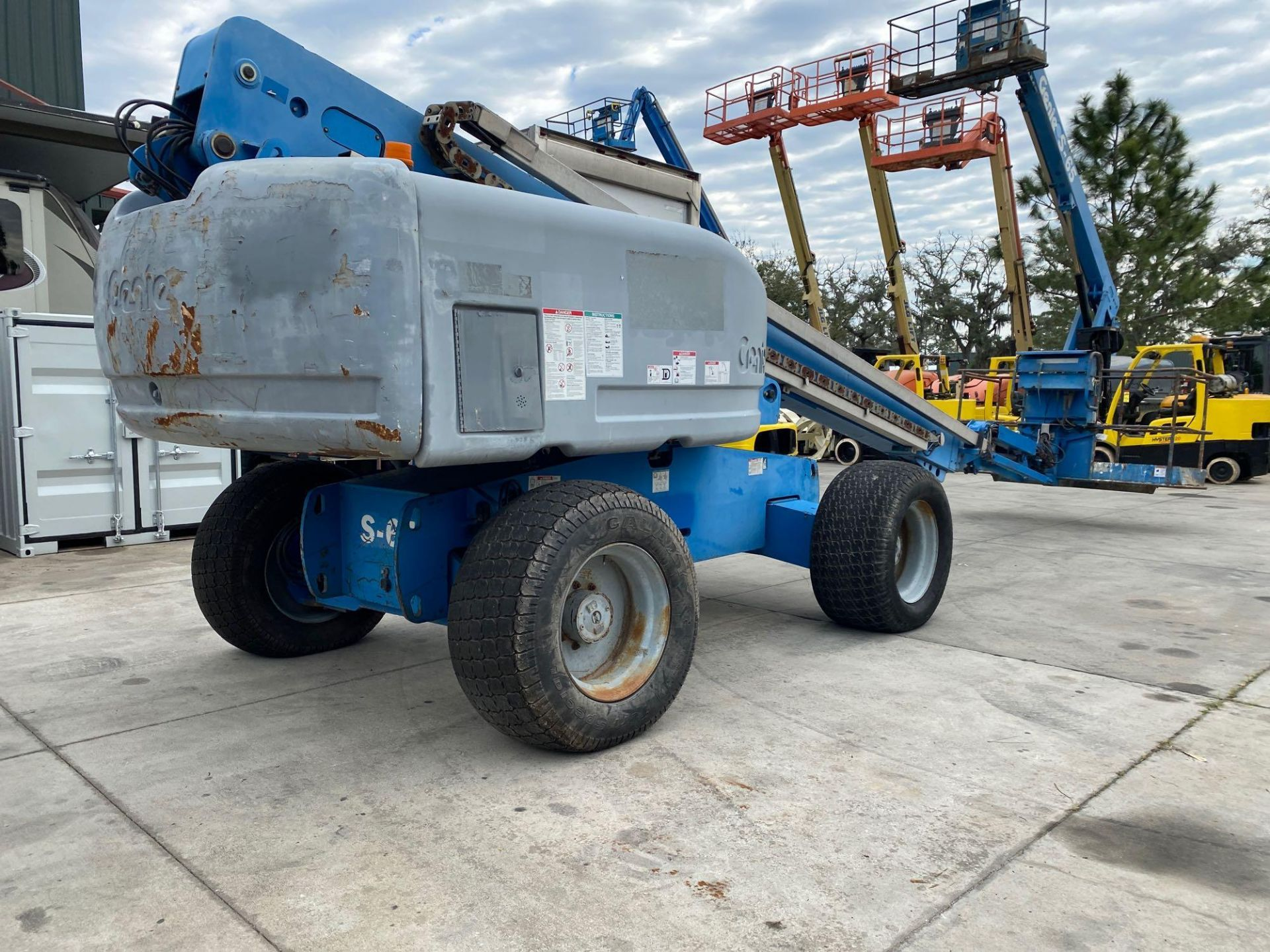 Lot 64 - GENIE S-65 BOOM LIFT, ARTICULATING, DIESEL, 65' PLATFORM HEIGHT, PNEUMATIC TIRES, 4x4, RUNS AMD OPER