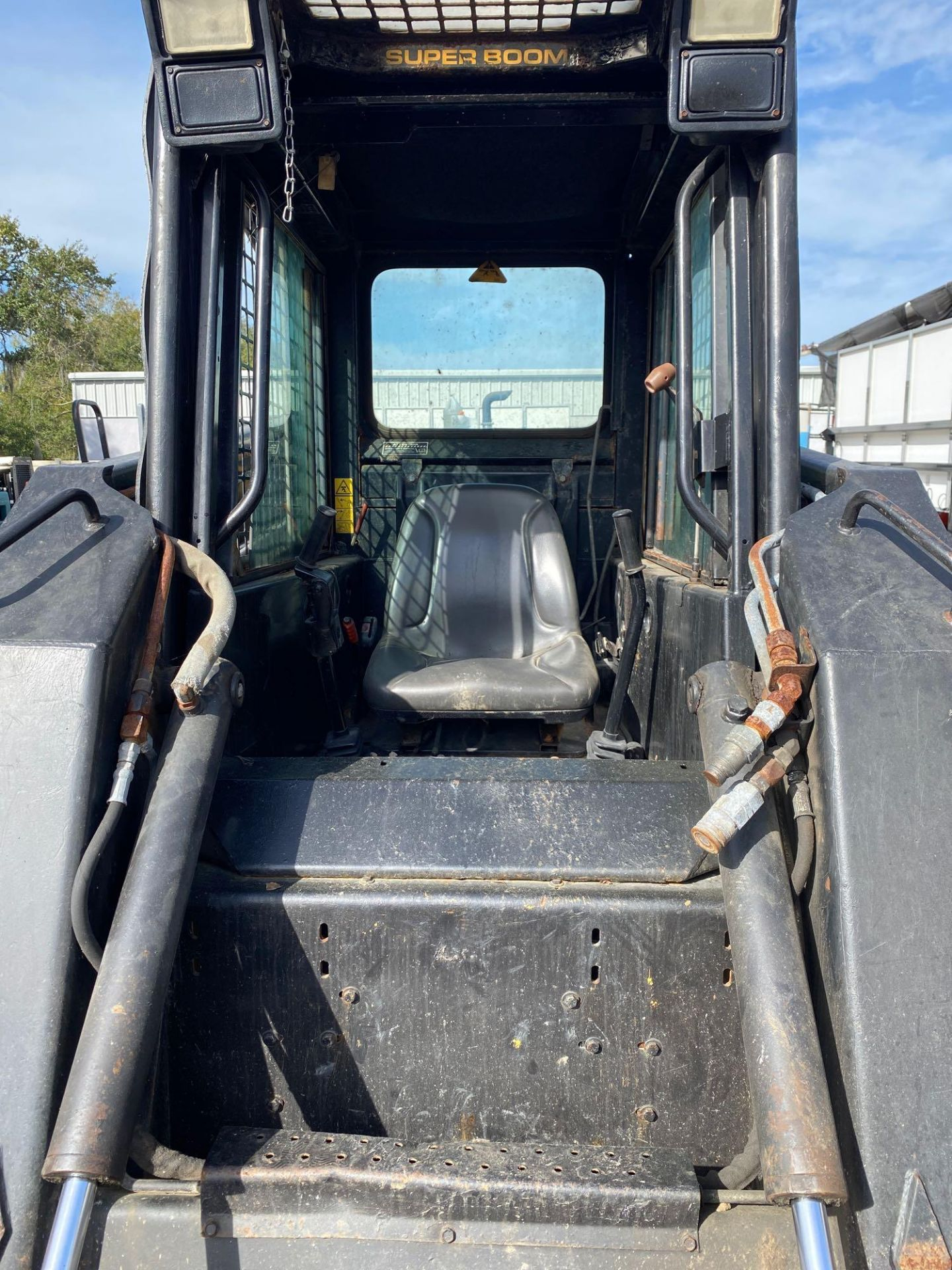 Lot 34 - NEW HOLLAND LX865 TURBO DIESEL SKID STEER, BUCKET ATTACHMENT, RUNS AND OPERATES