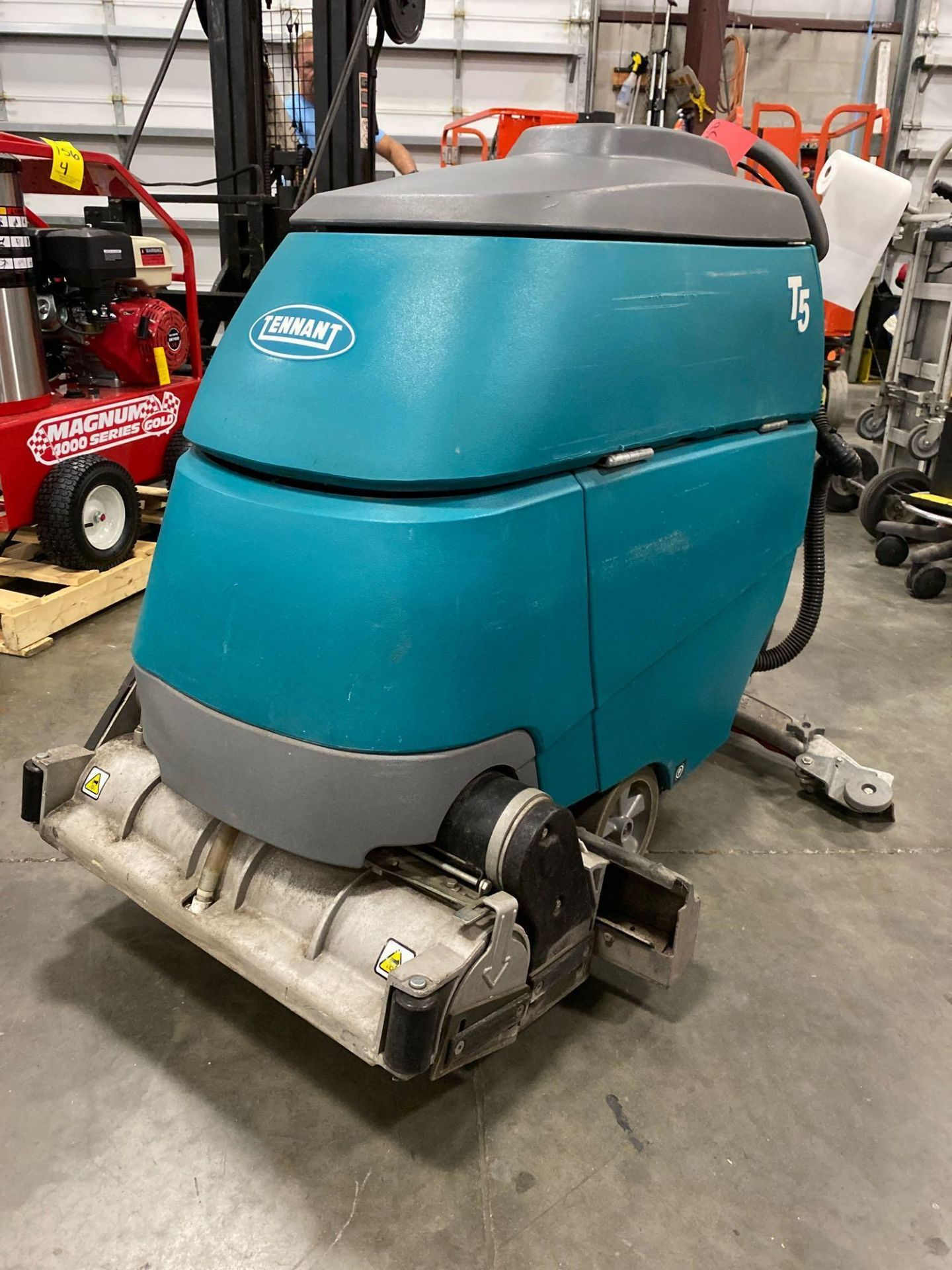 Lot 150 - TENNANT T5 FLOOR SCRUBBER, BUILT IN BATTERY CHARGER, RUNS & OPERATES