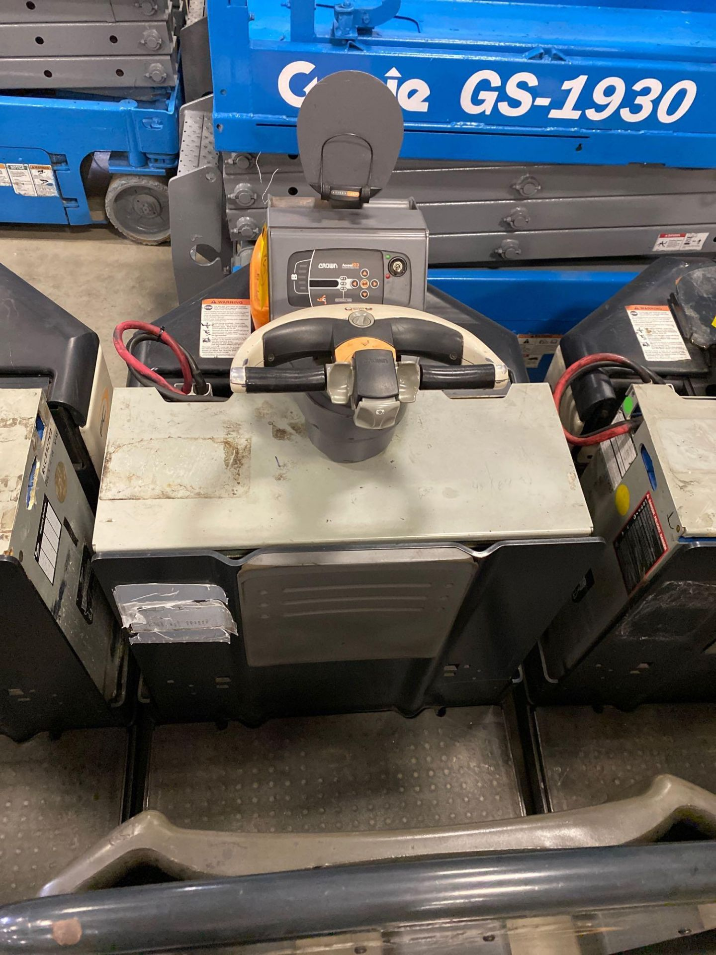 Lot 31 - 2012 CROWN ELECTRIC PALLET JACK, 8,000 LB CAPACITY, MODEL PC4500-80, 24V, RUNS AND OPERATES