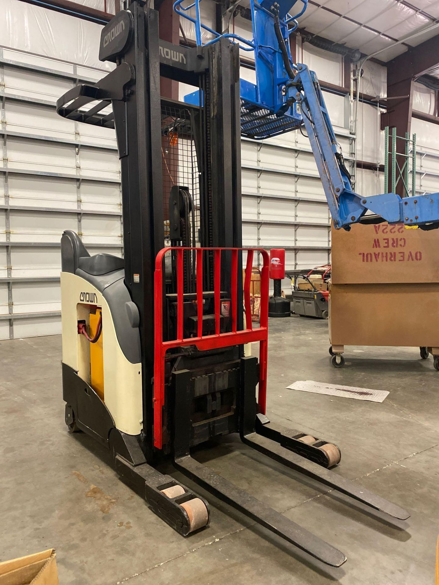Lot 28A - CROWN ELECTRIC FORKLIFT MODEL RR5020-35, 36V, TILT, SIDE SHIFT, RUNS AND OPERATES