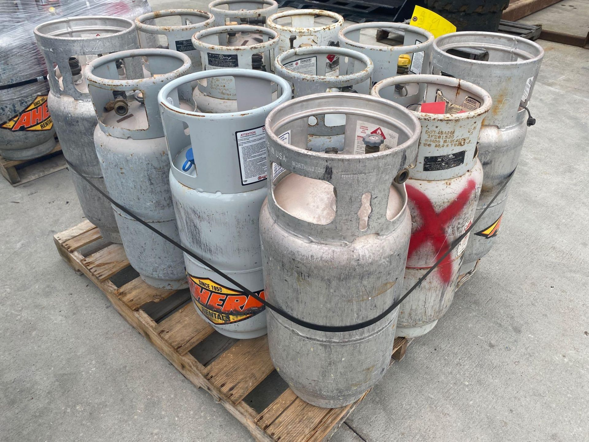 Lot 27 - PALLET OF PROPANE TANKS, ALUMINUM AND STEEL