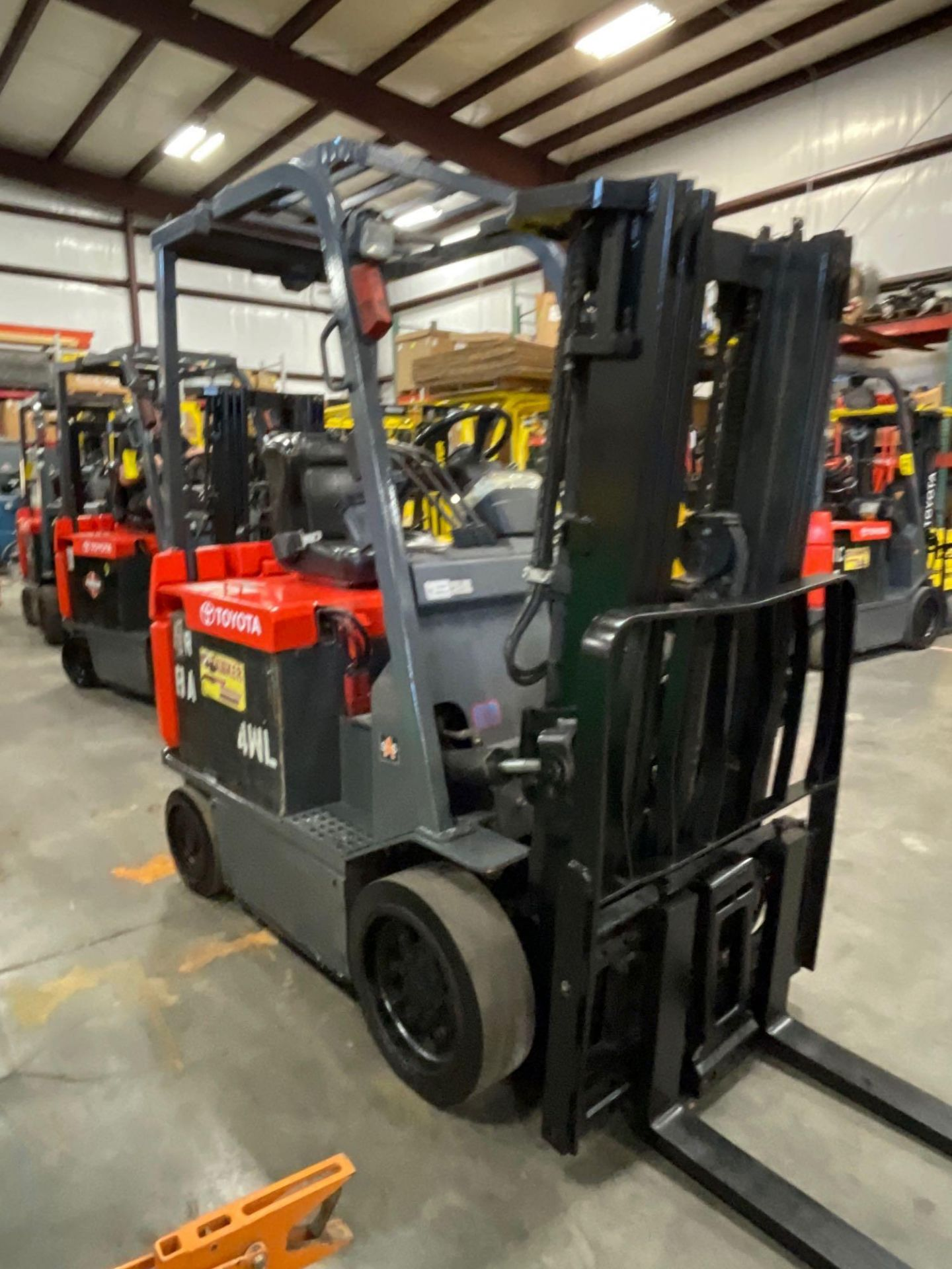 """TOYOTA 7FBCU25 ELECTRIC FORKLIFT, 5,000 LB CAPACITY, 170.5"""" HEIGHT CAPACITY, TILT, SIDE SHIFT - Image 4 of 16"""