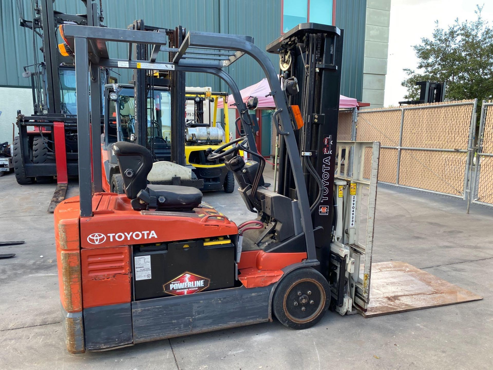 TOYOTA ELECTRIC FORKLIFT MODEL 7FBEU20, 4,000 LB CAPACITY, CASCADE PUSH/PULL ATTACHMENT, TILT, SIDE - Image 11 of 24