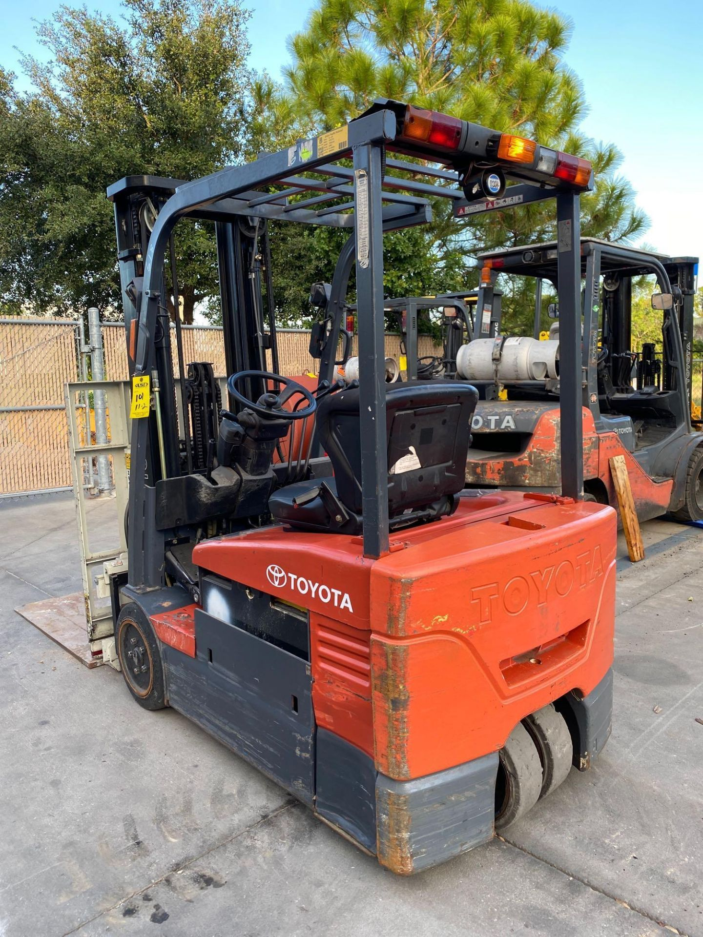 TOYOTA ELECTRIC FORKLIFT MODEL 7FBEU20, 4,000 LB CAPACITY, CASCADE PUSH/PULL ATTACHMENT, TILT, SIDE - Image 16 of 24
