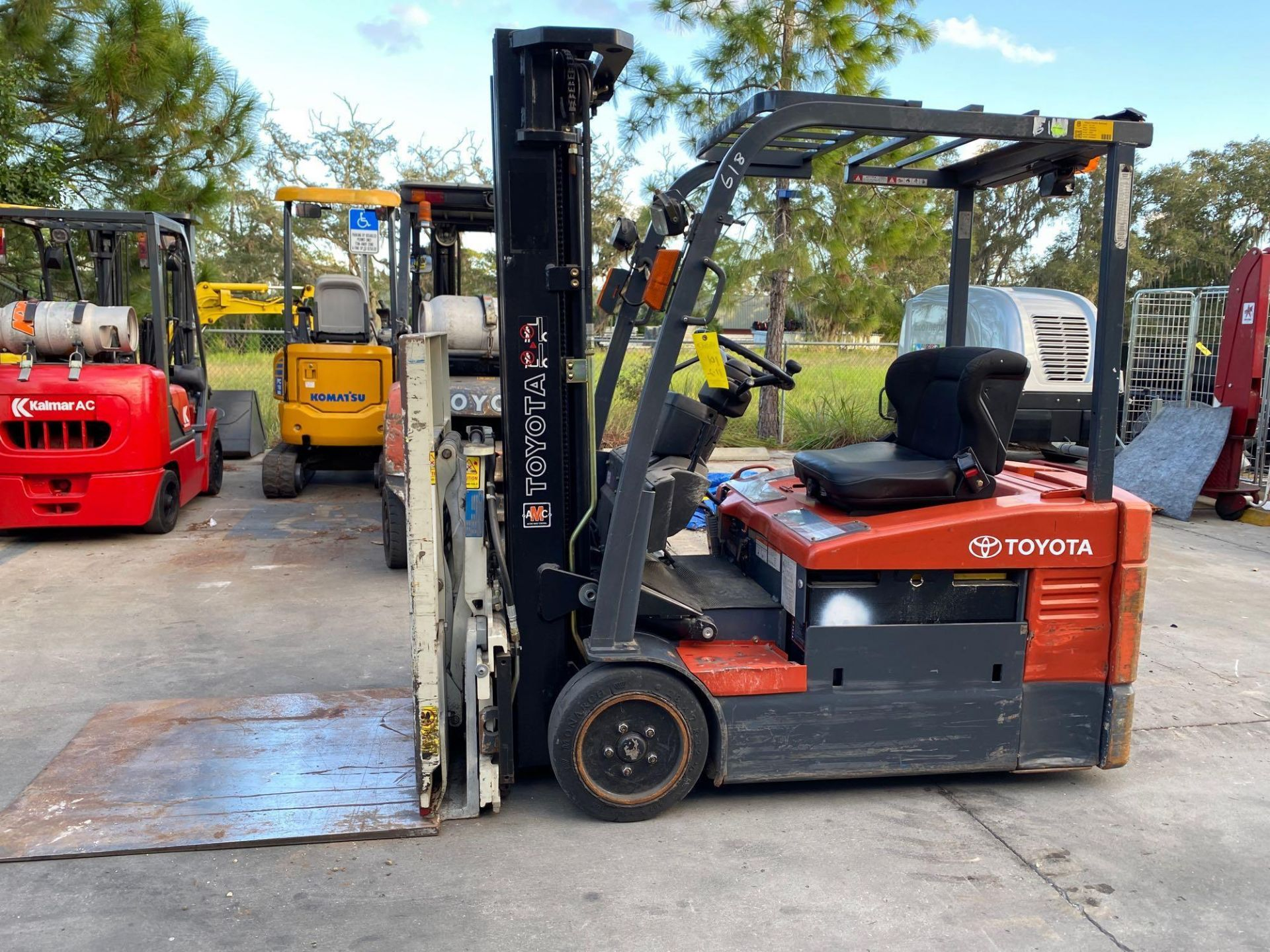 TOYOTA ELECTRIC FORKLIFT MODEL 7FBEU20, 4,000 LB CAPACITY, CASCADE PUSH/PULL ATTACHMENT, TILT, SIDE - Image 4 of 24