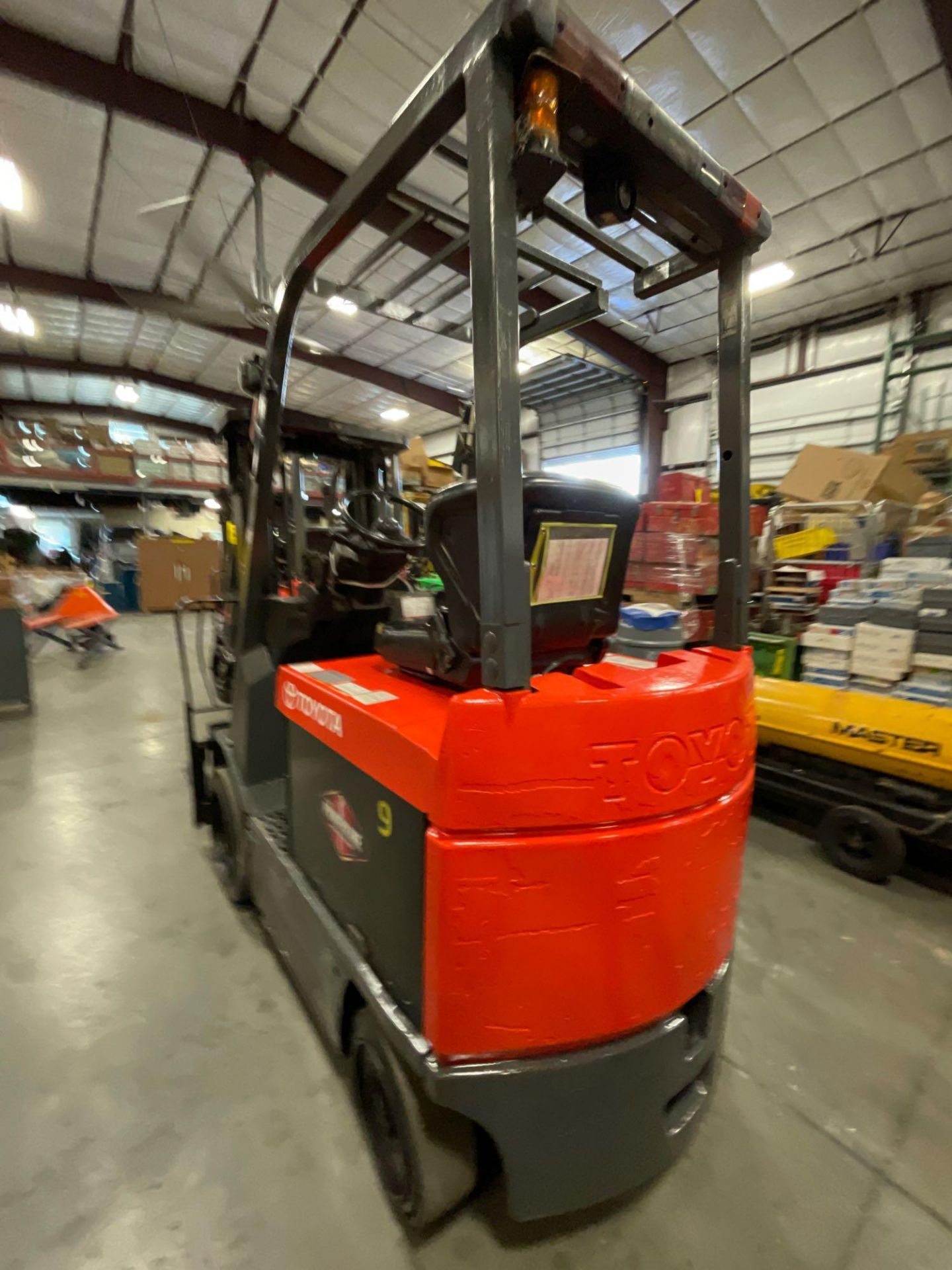 """TOYOTA 7FBCU25 ELECTRIC FORKLIFT, 5,000 LB CAPACITY, 170.5"""" HEIGHT CAPACITY - Image 9 of 20"""