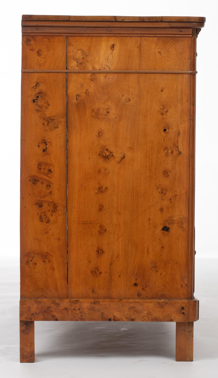 Lot 1071 - A Biedermeier burl cherry and cherry wood chest of drawers, H 96 - W 120 - D 50,5 cm