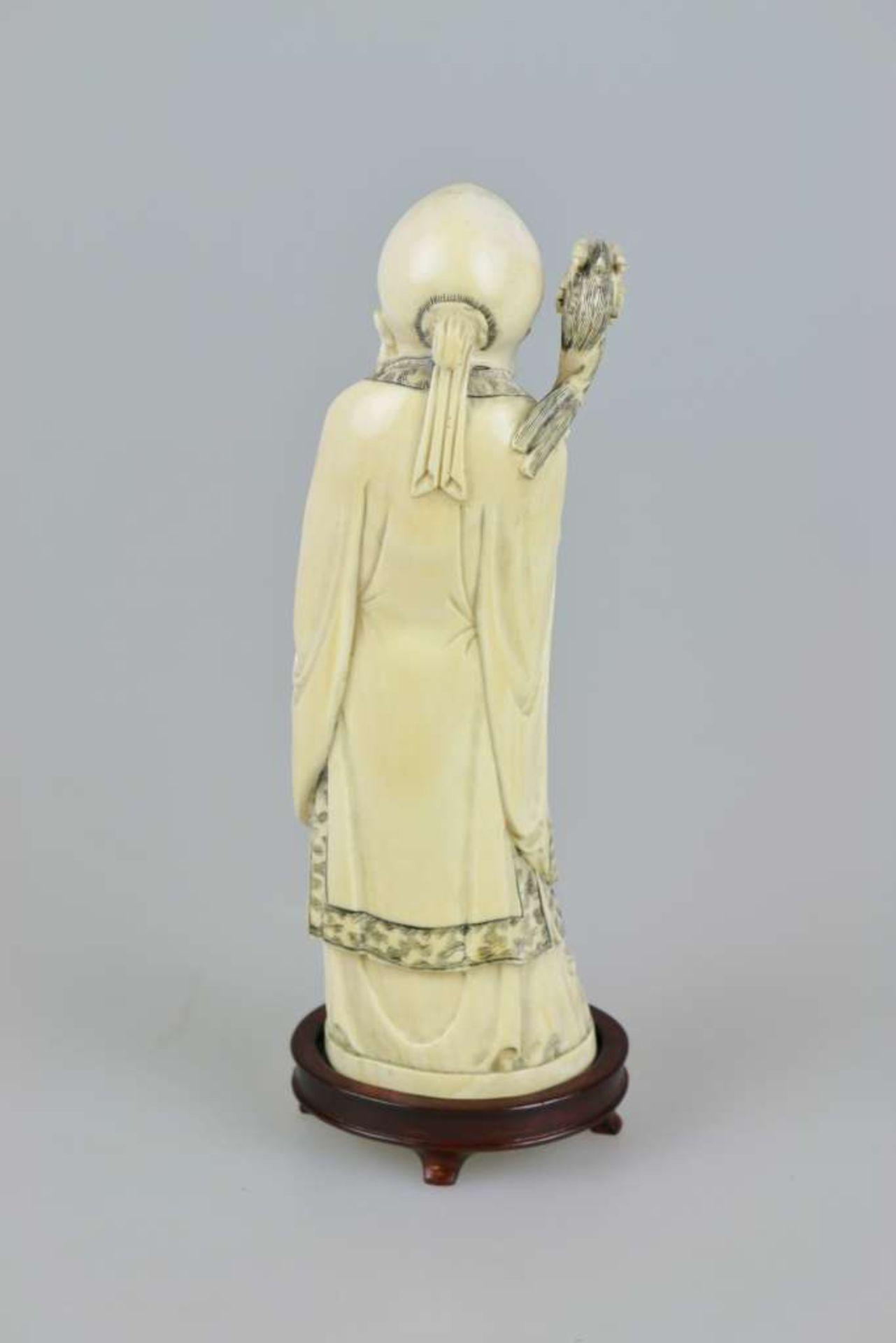 Eine große Elfenbeinschnitzerei von SHOU XING, Gott der Langlebigkeit, fein geschnitzt, auf ei - Bild 2 aus 3