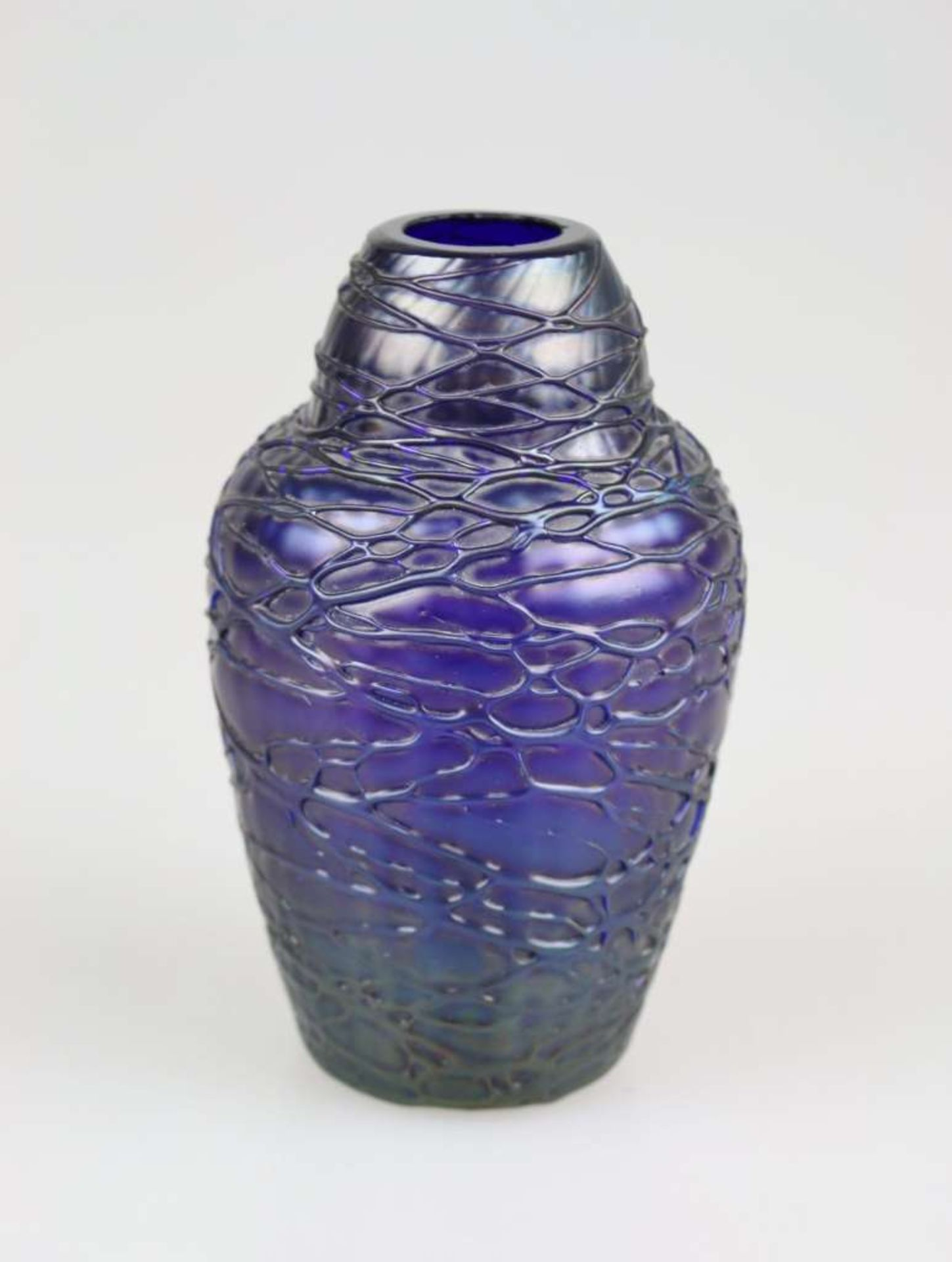 Fritz Heckert Petersdorf Fadenglasvase, Entwurf Otto Thamm attr., um 1902, violettes Glas im Ri