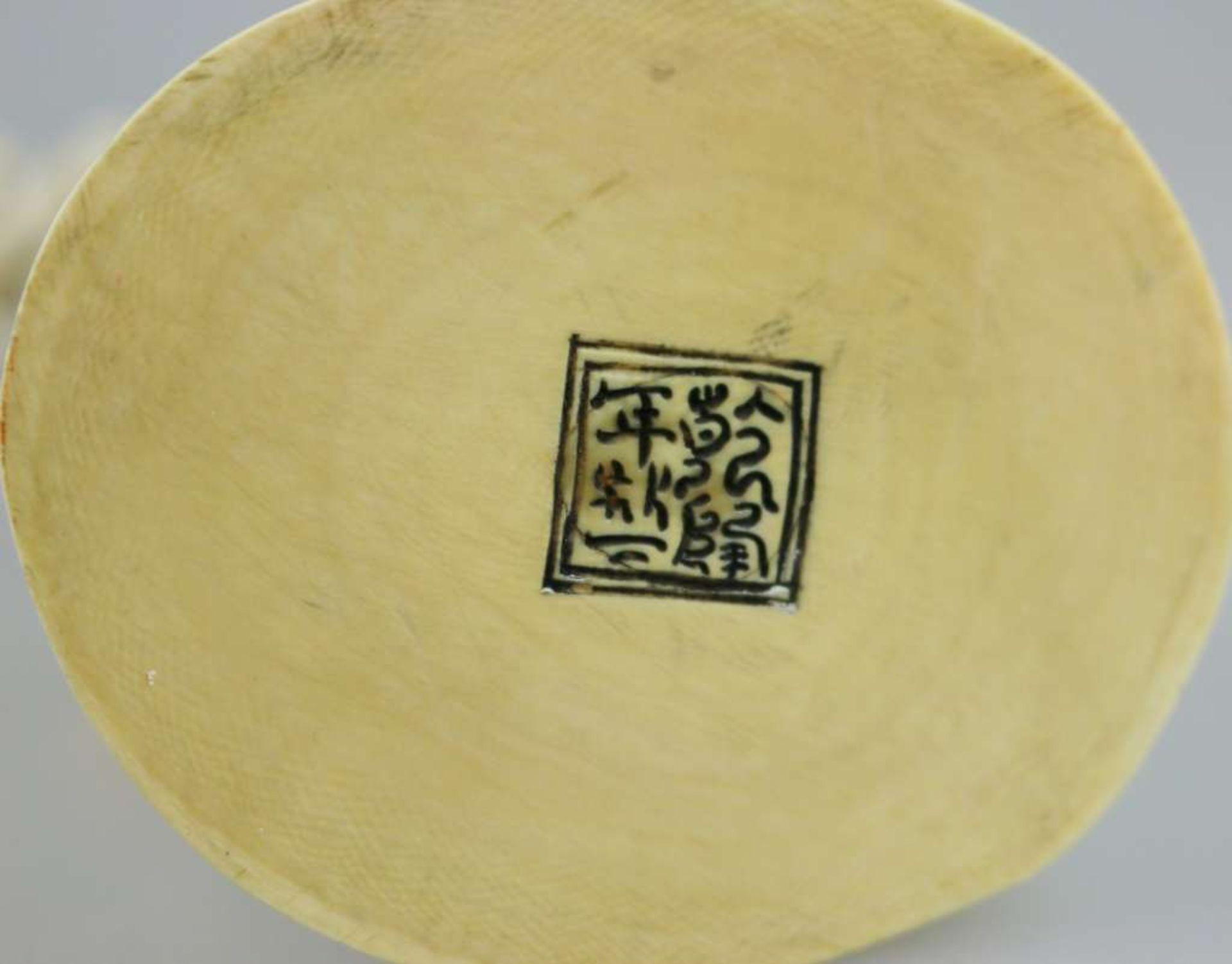 Eine große Elfenbeinschnitzerei von SHOU XING, Gott der Langlebigkeit, fein geschnitzt, auf ei - Bild 3 aus 3