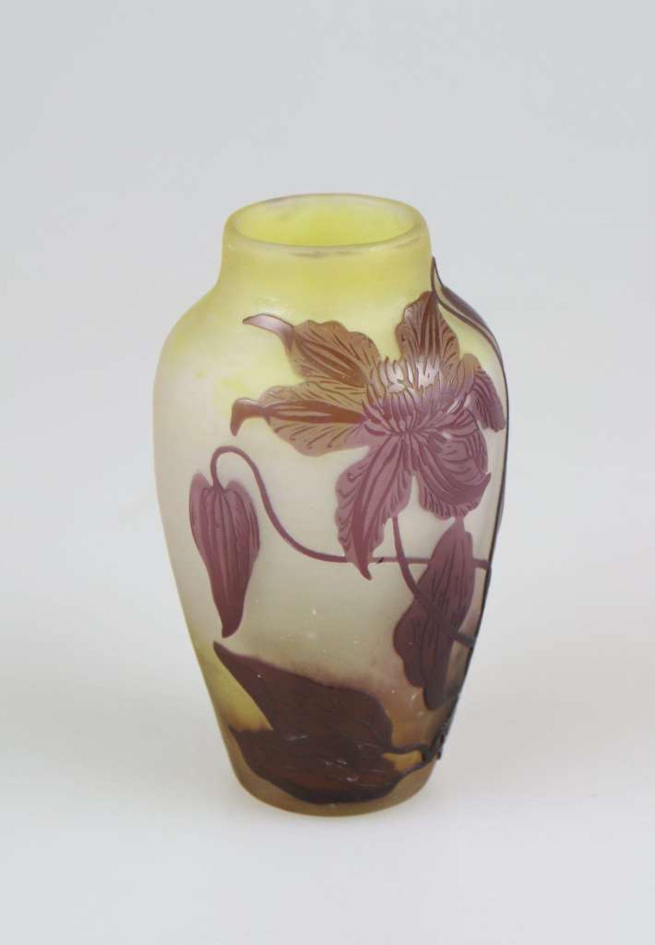 Gallé Vase mit Clematisranken, Emile Gallé, Nancy, um 1920, farbloses Glas mit dichten gelben