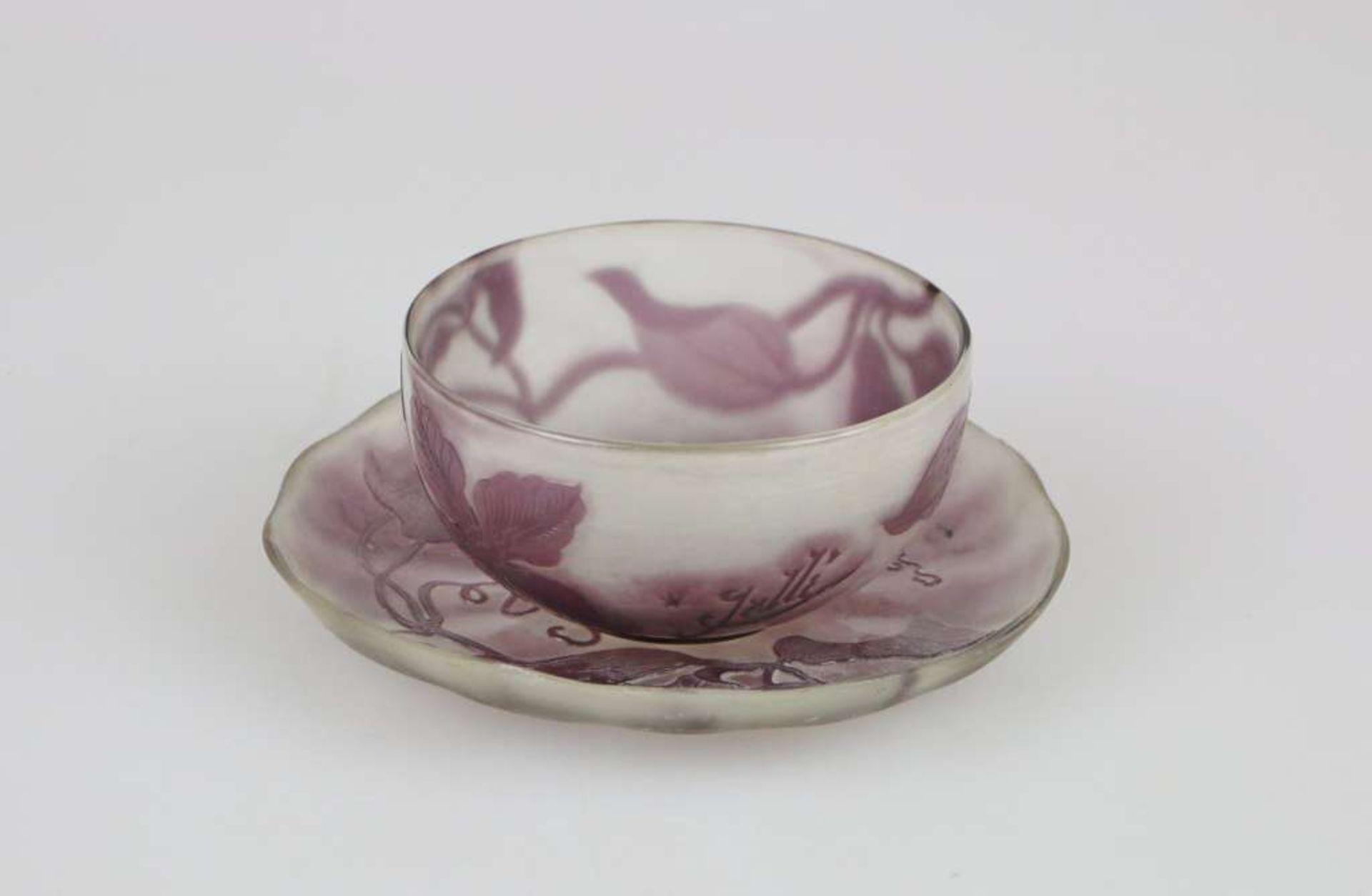 Gallé Set: Flache Schale, weißes Glas, violett überfangen, geätzt und poliert, runde Form m