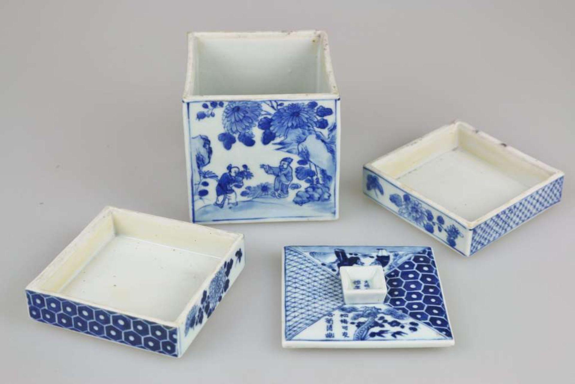 Ein blau-weiß quadratischer Schreibwarenbehälter mit Abdeckung, bestehend aus vier Teilen, ei - Bild 2 aus 5