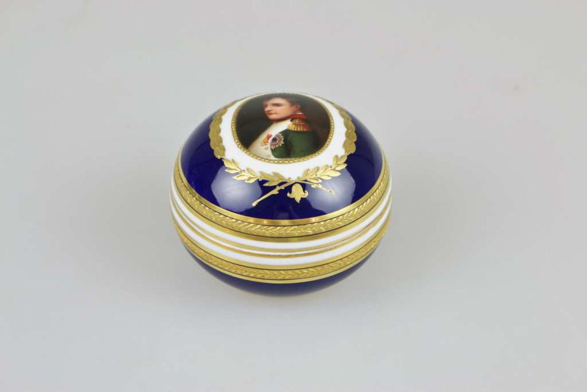 Deckeldose, Napoleon I., Augarten, Wien, Mitte 20. Jh., polychrom gefasst mit Goldstaffage, Por