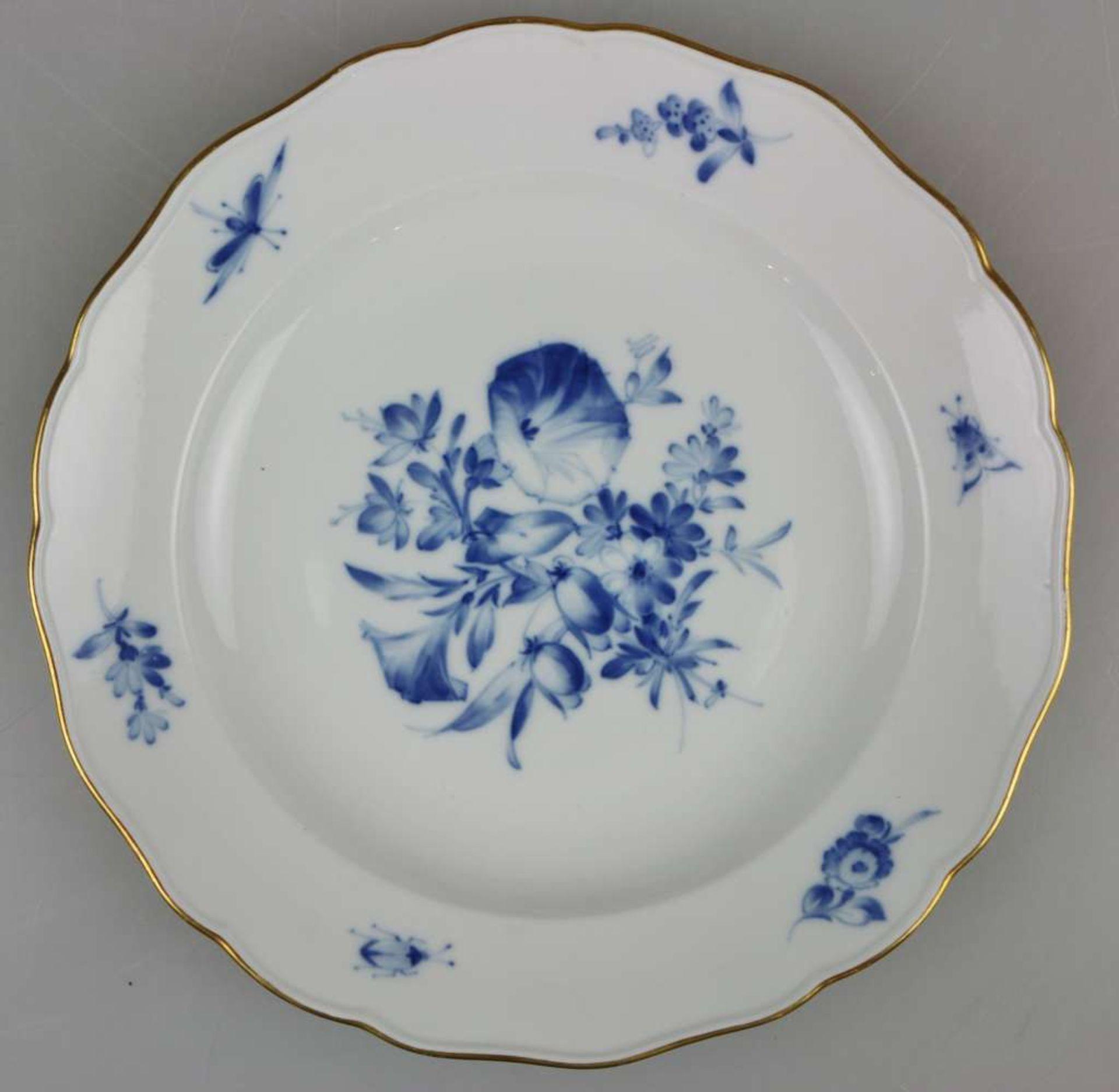"""Meissen, Speiseservice, 19. Jh., Neuer Ausschnitt """"Blaue Blume mit Insekten"""", Goldrand, 36-teil - Bild 2 aus 6"""