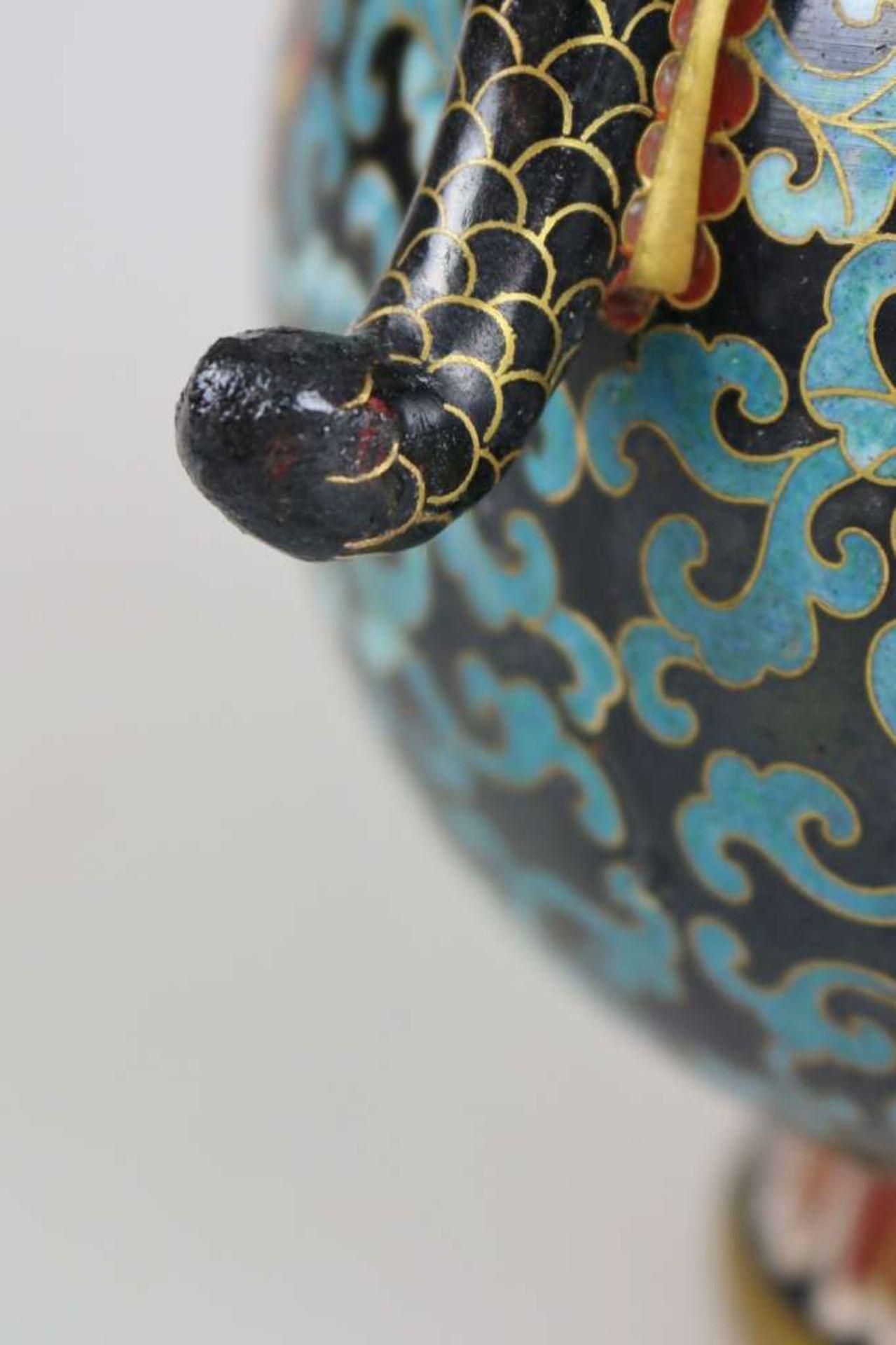 Cloisonné Teekanne, wohl China 1. H. 20. Jh., Korpus mit Doppelbauch und kurzem Enghals auf au - Bild 2 aus 3
