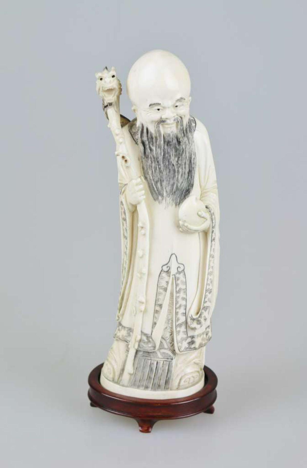 Eine große Elfenbeinschnitzerei von SHOU XING, Gott der Langlebigkeit, fein geschnitzt, auf ei