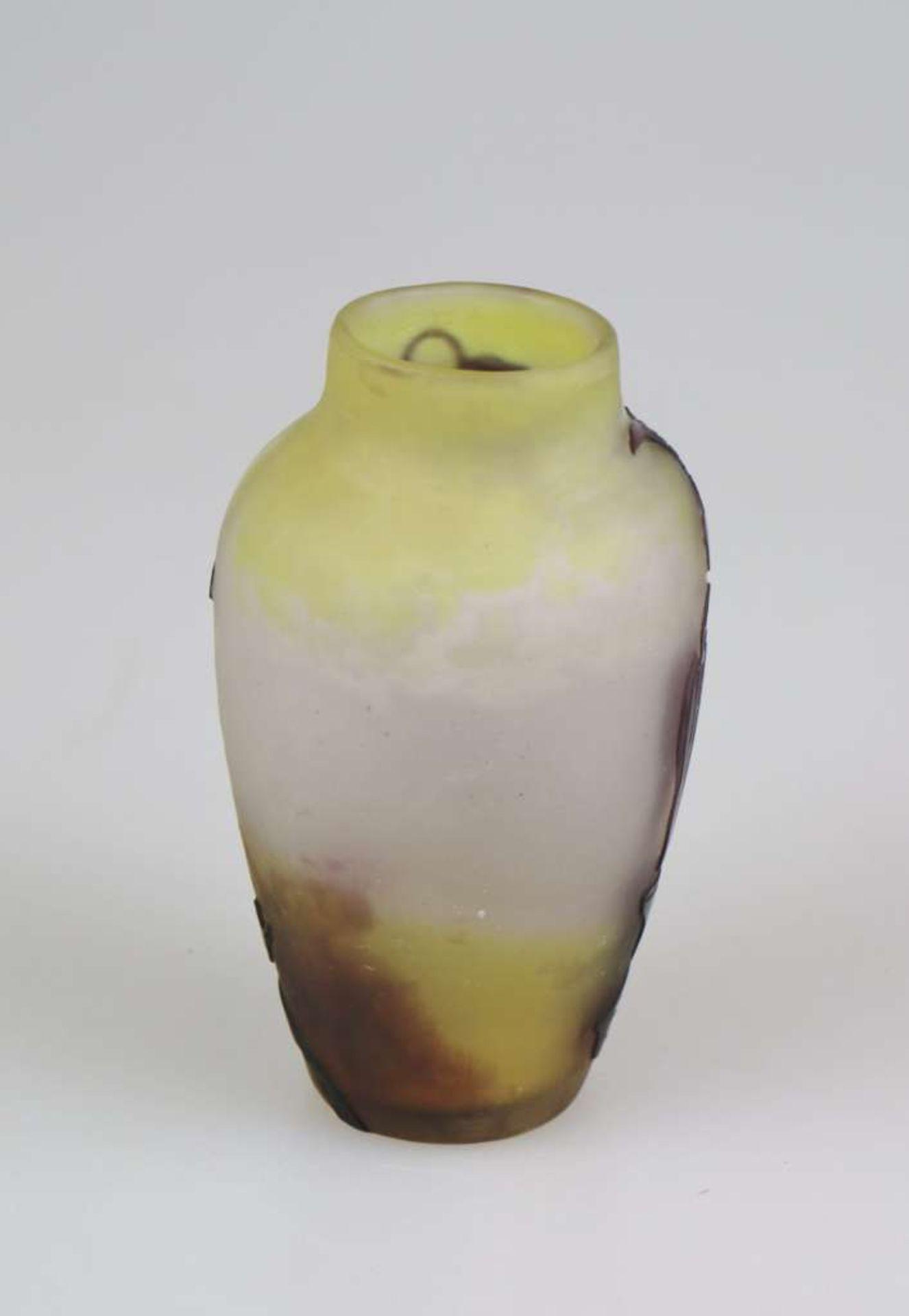 Gallé Vase mit Clematisranken, Emile Gallé, Nancy, um 1920, farbloses Glas mit dichten gelben - Bild 2 aus 3