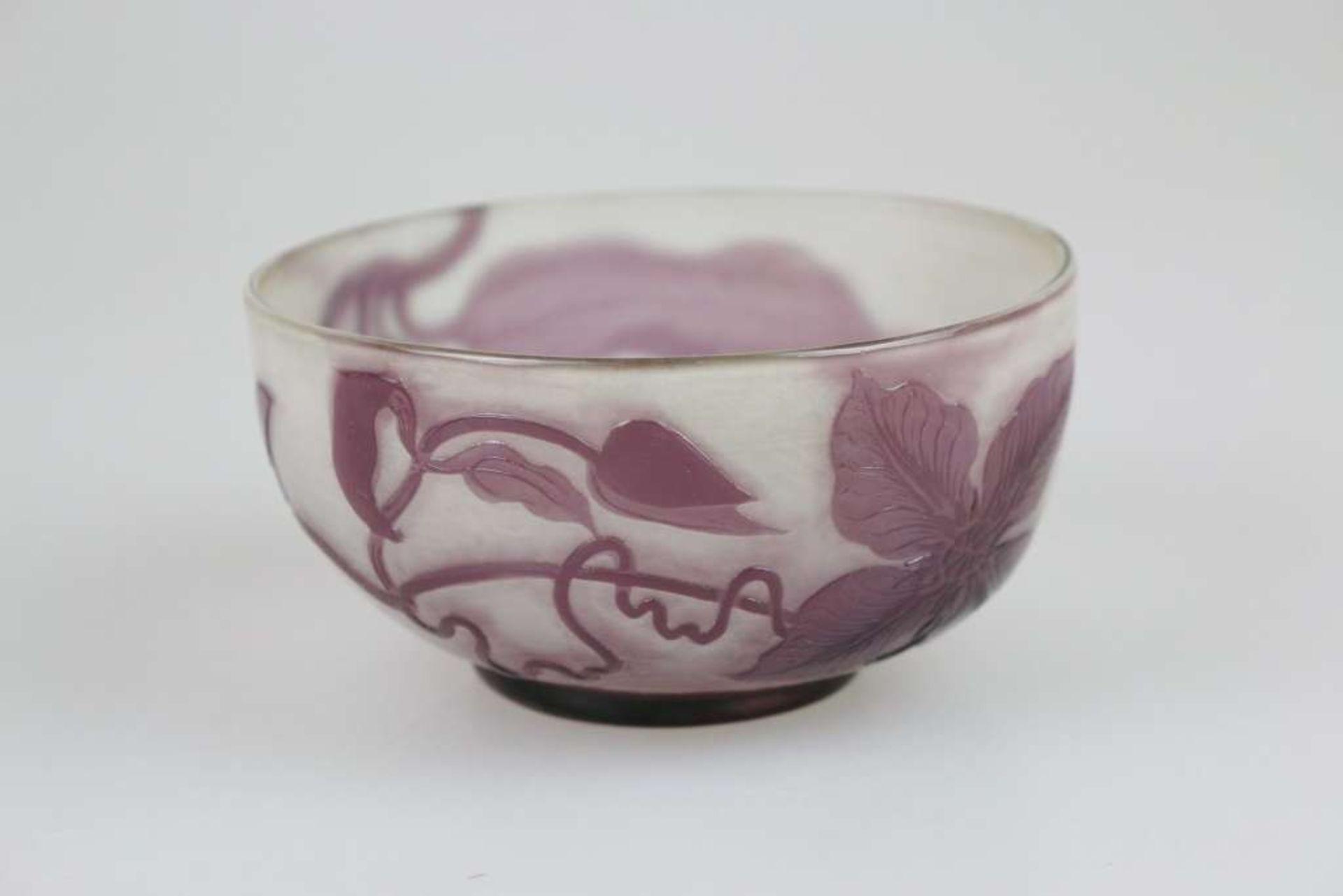 Gallé Set: Flache Schale, weißes Glas, violett überfangen, geätzt und poliert, runde Form m - Bild 3 aus 4