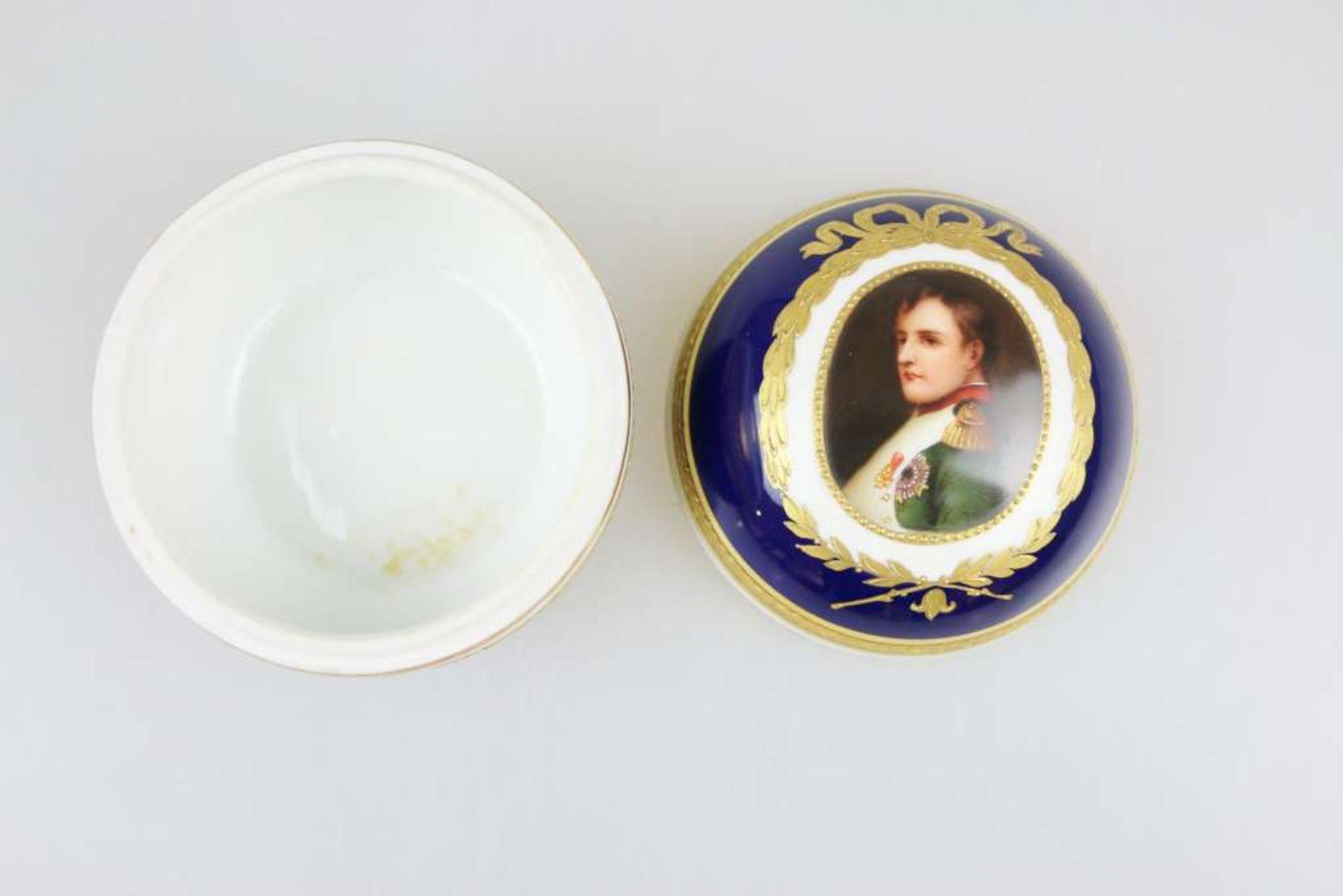 Deckeldose, Napoleon I., Augarten, Wien, Mitte 20. Jh., polychrom gefasst mit Goldstaffage, Por - Bild 2 aus 3