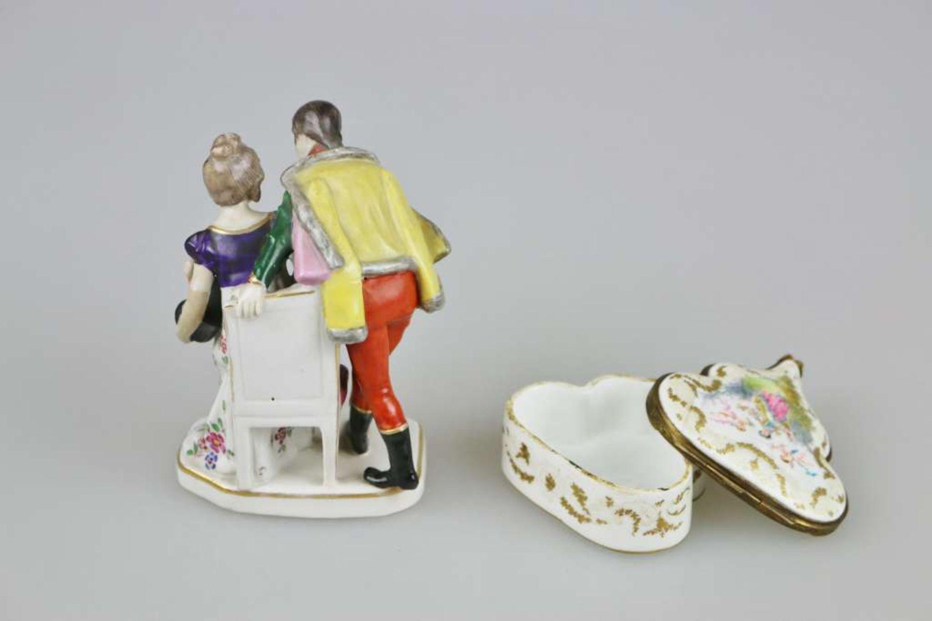 Gebr. Voigt Porzellanmanufaktur, Liebespaar beim Abschied, Anfang 20. Jh., polychrom gefasst mi - Bild 2 aus 4